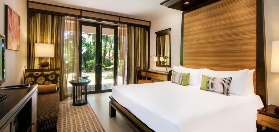 Rooms suites villa gallery in pattaya siam bayshore for Tropical hotel decor